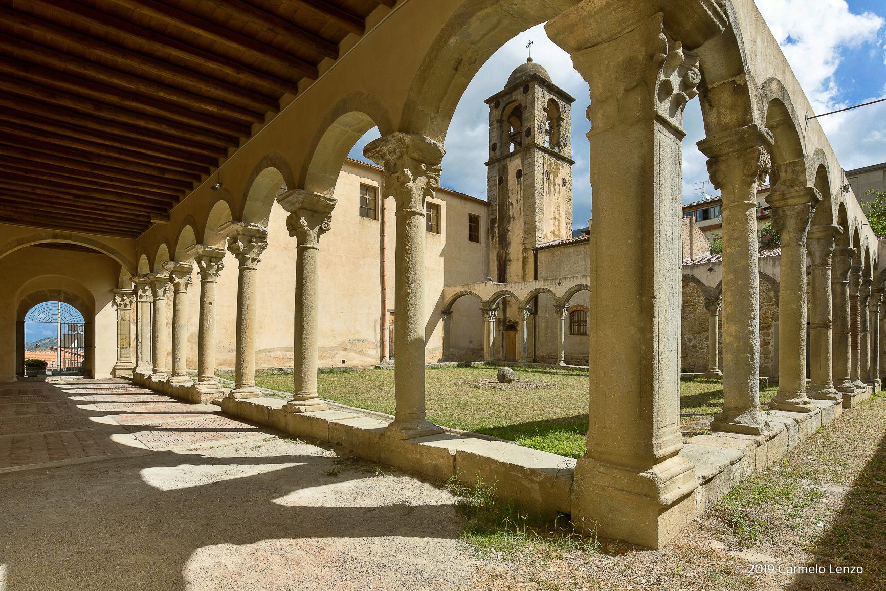 Il colonnato del chiostro di San Francesco